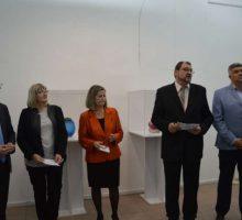 """Отворена изложба савременог нордијског стакла """"Додир стакла"""" у Ваљеву"""