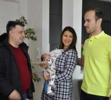 Градоначелник посетио прворођене бебе