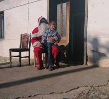 Град Ваљево организовао поделу пакетића за децу са села